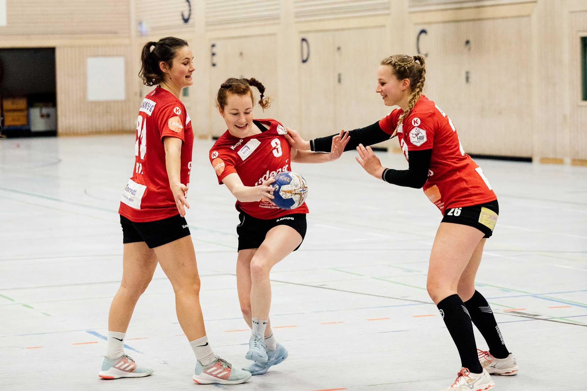 Julia Söhne in Aktion beim Handball spielen