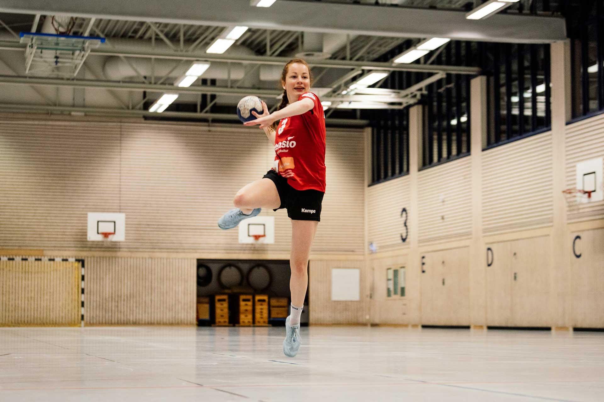 Julia Söhne beim Sprungwurf im Handballtraining