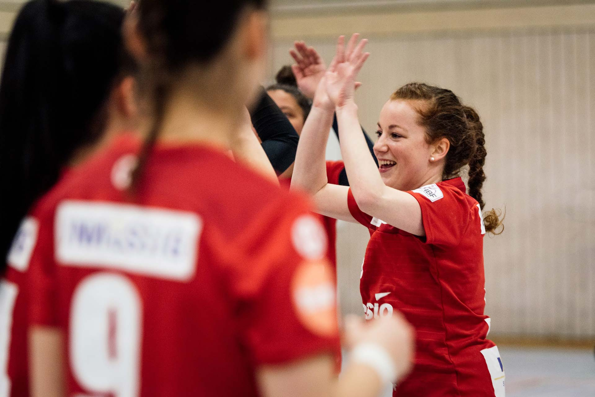 Julia Söhne beim Abklatschen im Teamsport Handball