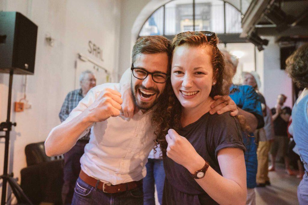 Julia Söhne und Julien Bender feiern den Wahlsieg des Oberbürgermeisterkandidaten Martin Horn
