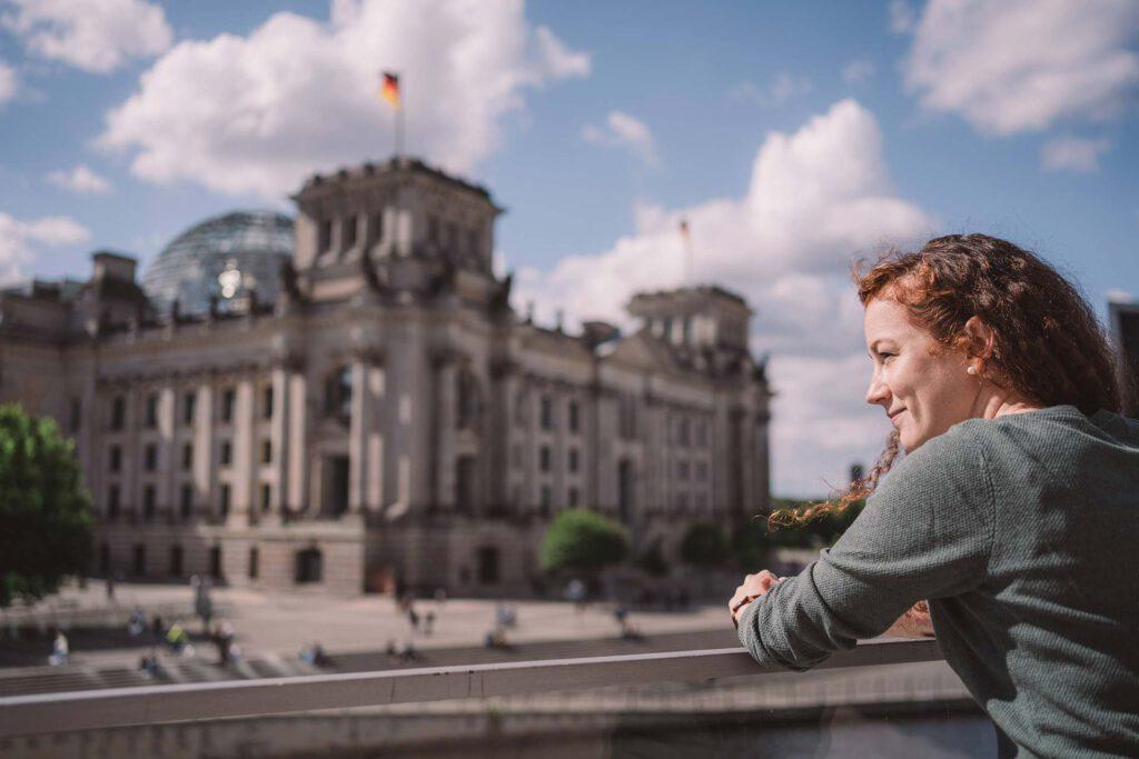 Julia Söhne im Regierungsviertel in Berlin