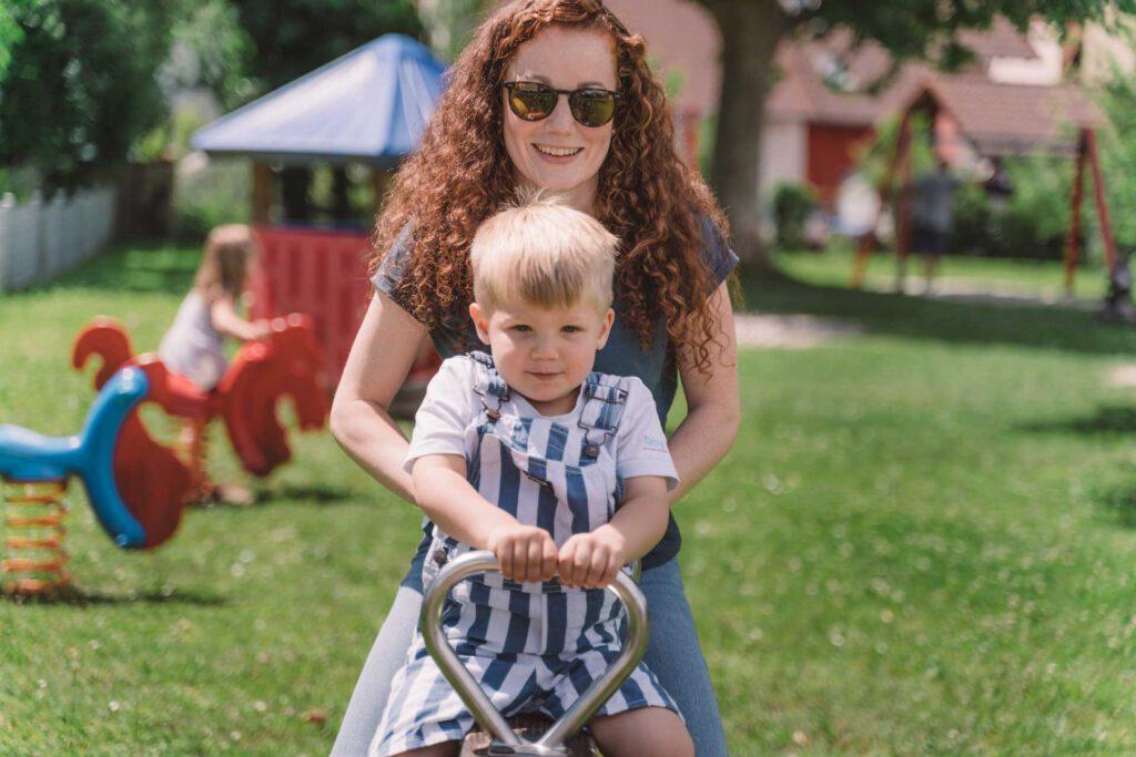 SPD-Bundestagskandidatin Julia Söhne mir ihrem Neffen auf dem Spielplatz
