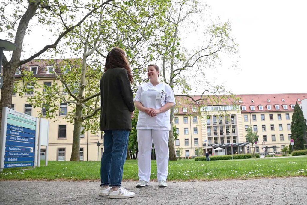 SPD-Bundestagskandidatin Julia Söhne im Gespräch mit einer Pflegerin an der Universitätsklinik Freiburg.