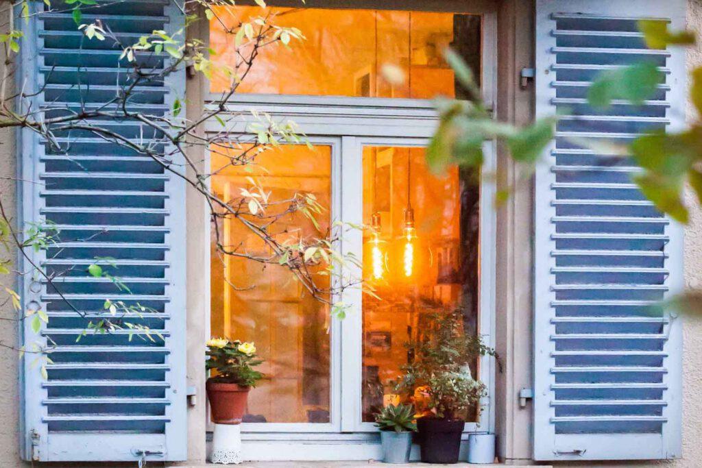 Fenster einer Wohnung in Freiburg von außen