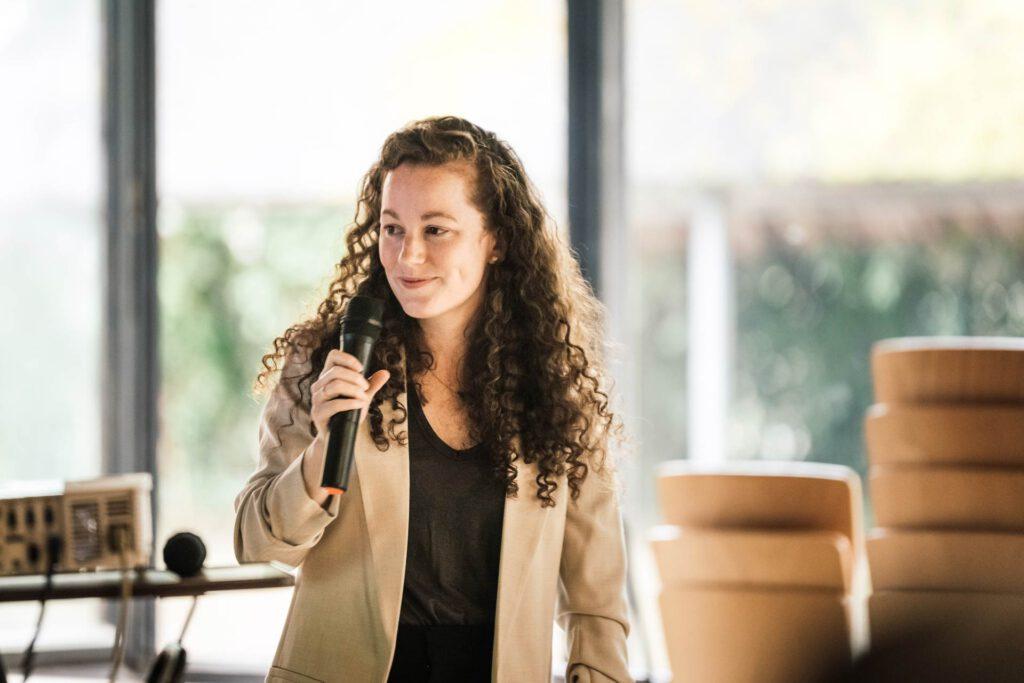 Julia Söhne arbeitet als wissenschaftliche Mitarbeiterin am Lehrstuhl für Vergleichende Regierungslehre der Universität Freiburg